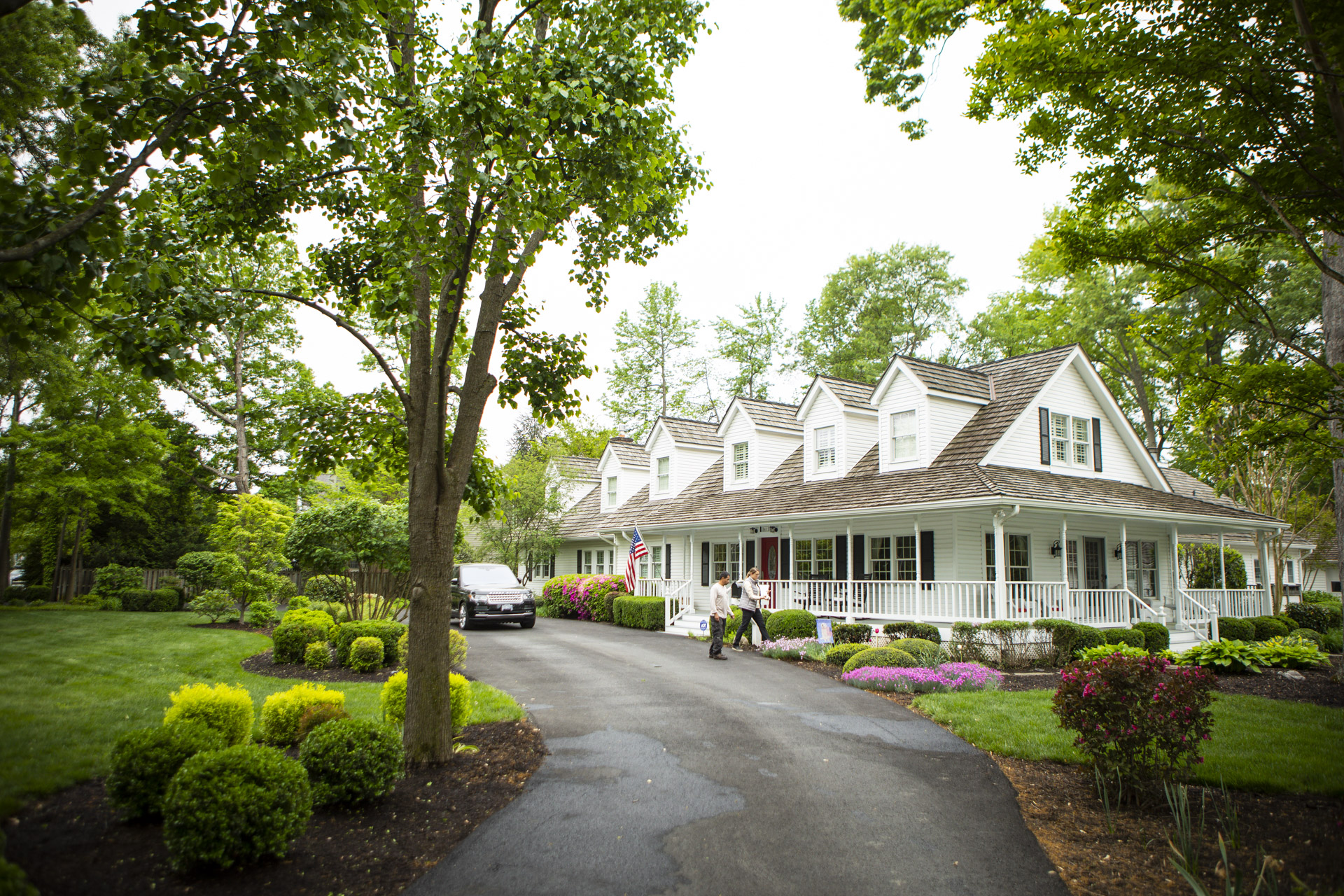 Landscape Professionals consulting for summer plantings with Kingstowne customer