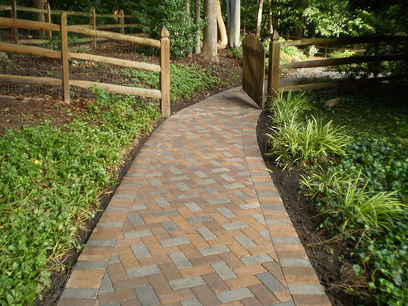 walkway design made with pavers