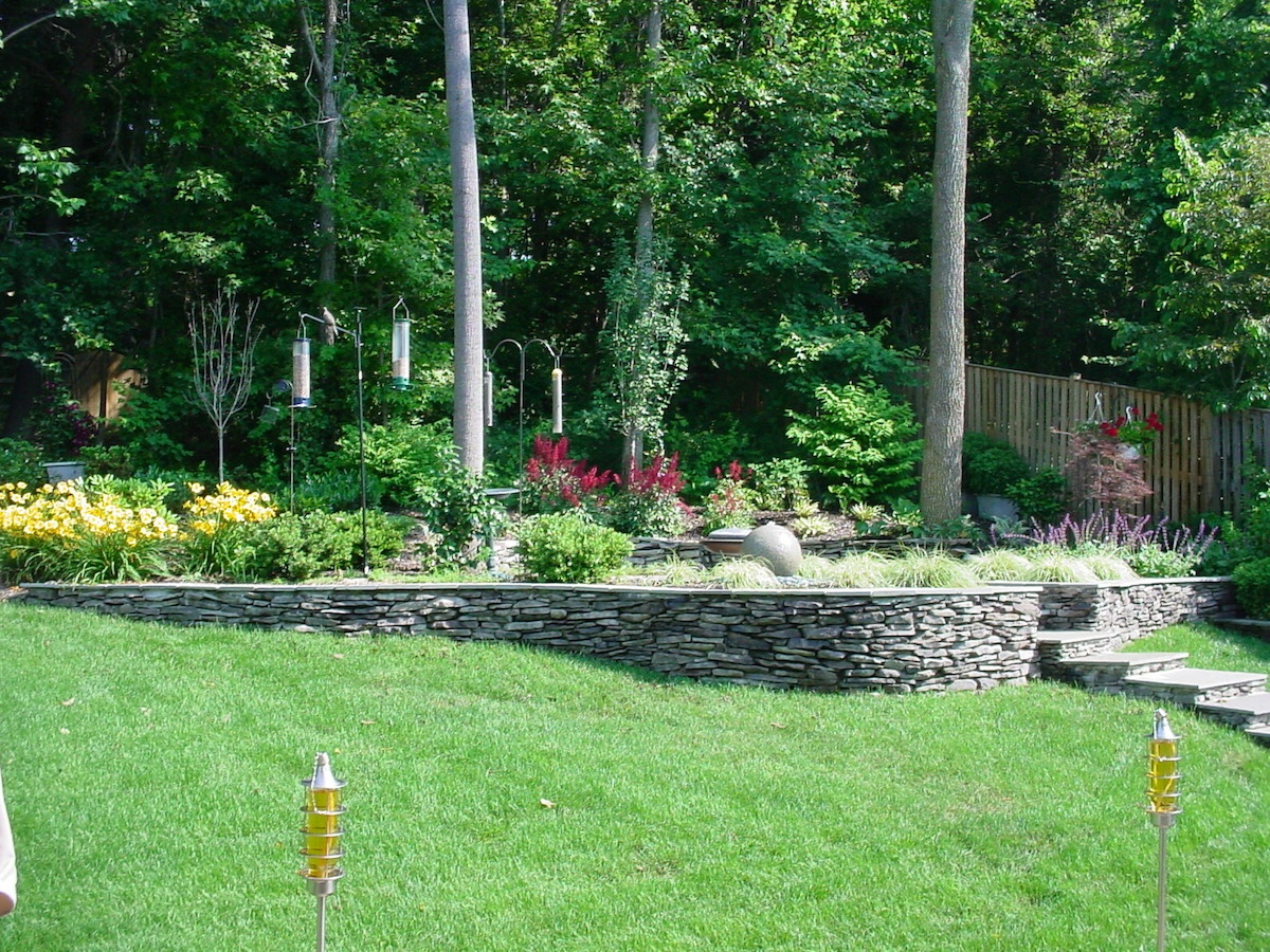 sloped yard with retaining wall stacked stone