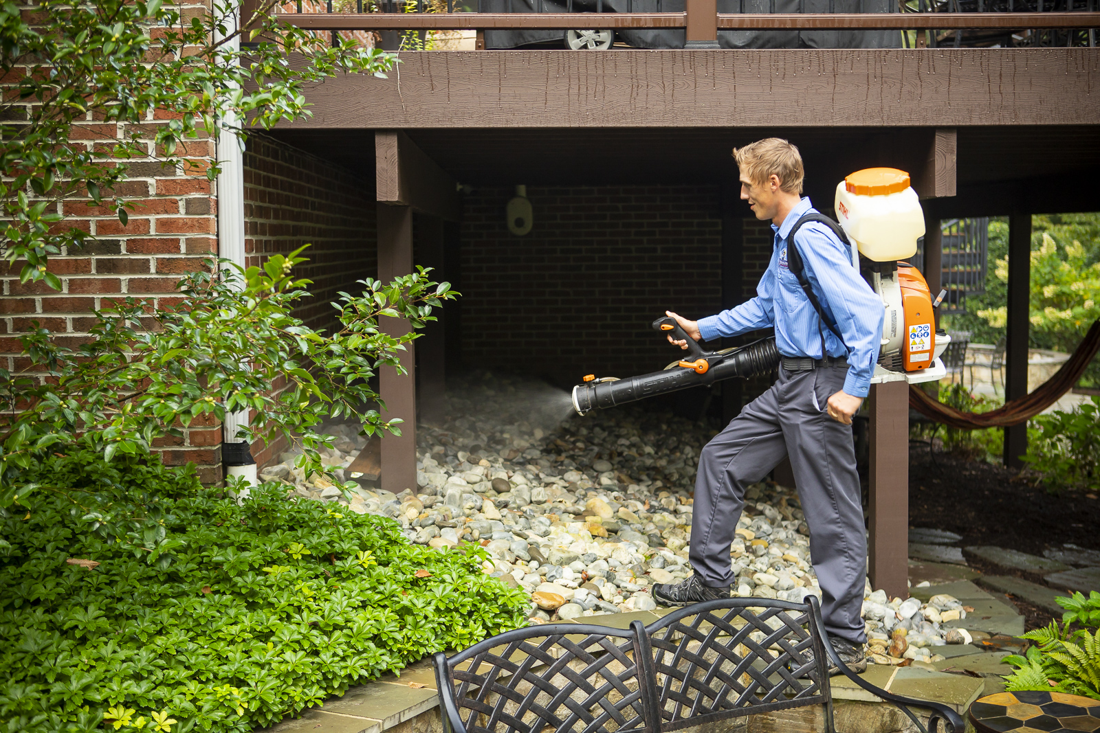Kingstowne pest control technician spraying mosquito control